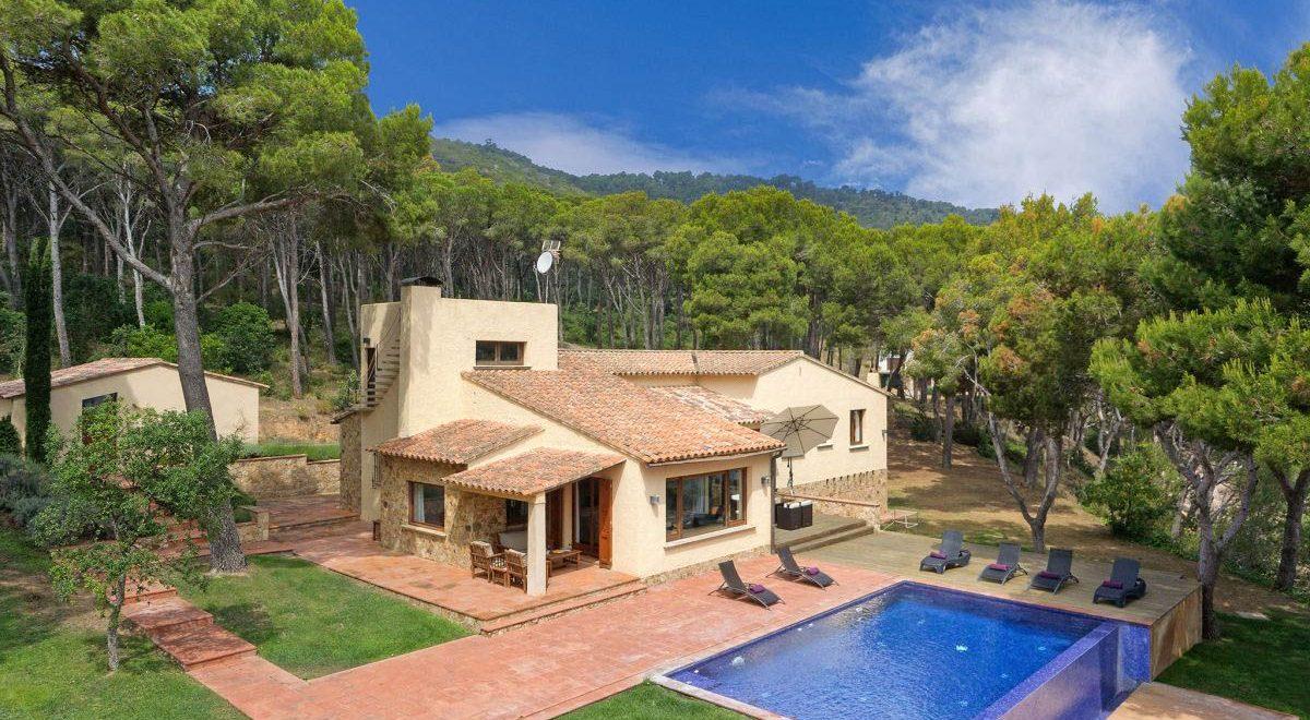 rent villas in Tamariu